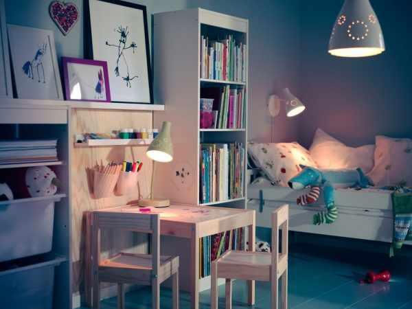 В качестве рабочего освещения в детской комнате следует использовать настольную лампу