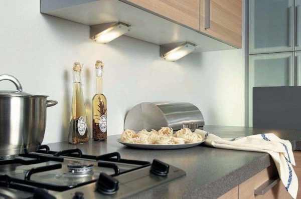 Грамотное освещение рабочей зоны на кухне облегчит приготовление пищи