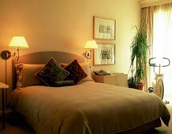 Для спальной комнаты отлично подойдут бра с абажуром из ткани