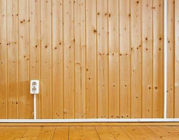 Розетка на деревянной стене