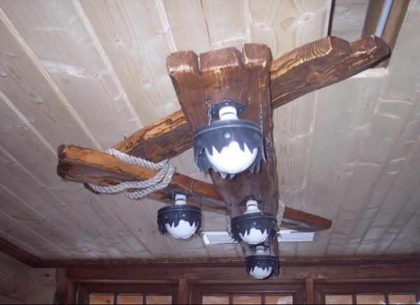 Деревянная люстра в стиле шале